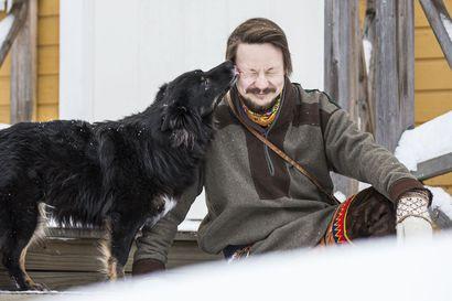 Tenon alueen saamelaisen monitaiteilija-aktivisti Niillas Holmbergin ensimmäinen romaani Halla Helle ilmestyy saamelaisten kansallispäivänä