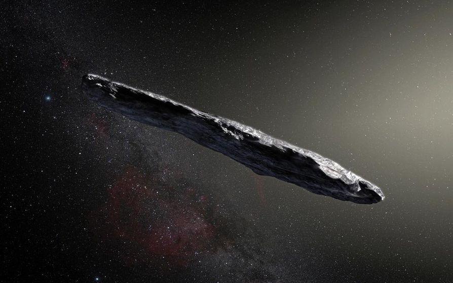 Taiteilijan näkemys erikoisen muotoisesta Oumuamua-asteroidista, joka on kulkenut Linnunradalla satojen miljoonien vuosien ajan. Tällaista muotoa ei ole löydetty yhdeltäkään luonnolliselta aurinkokunnan kappaleelta.
