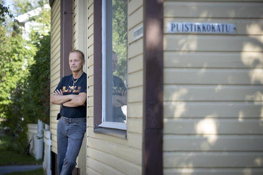 Runoilija, musiikkiterapeutti, muusikko jne. Jukka Tervo Puu-Raksilassa.