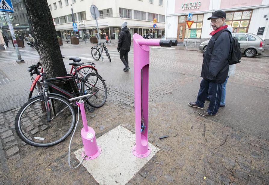 Betonilaattaan kiinni pultatuista huoltopisteistä löytyvät yleisimmät pyörän pikkuhuolloissa tarvittavat työkalut vaijereihin kiinnitettynä sekä kiinteä pumppu.
