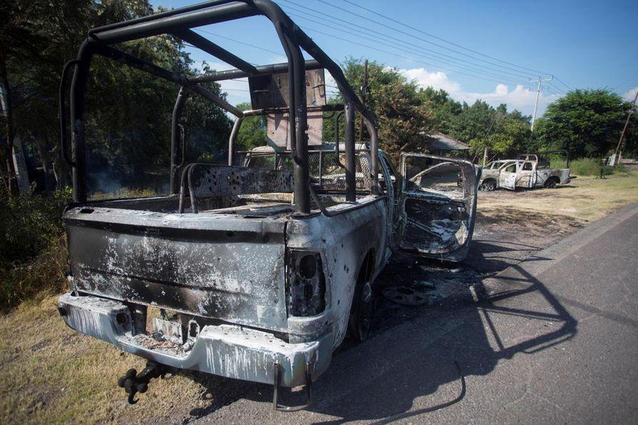 Väijytykseen joutuneiden poliisien autot poltettiin sen jälkeen kun huumekartellin tappajat olivat surmanneet 13 poliisia El Aguajessa Michoacánin osavaltiossa maanantaina.
