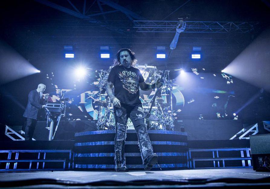 Dream Theater -fanit ottivat yhtyeen vastaan avosylin, sillä bändi tuskin tekee lähiaikoina toista visiittiä Oulun korkeudelle. Solisti James LaBrie muisti kiitellä ja kehua yleisöä konsertin harvoissa välispiikissä.