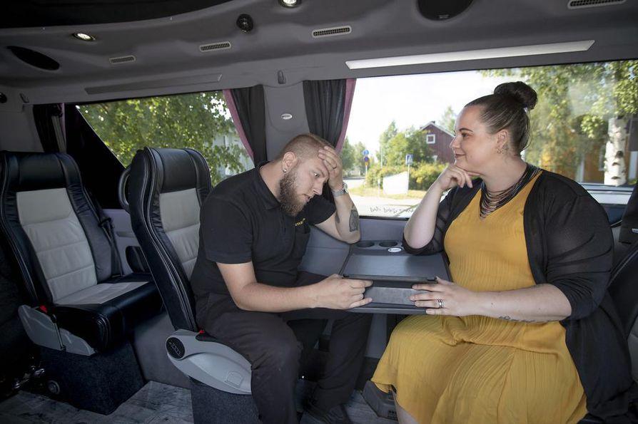 Toni ja Paula Jaakola jakavat sekä taksiyrityksensä työt että kodin arjen. Hankalinta on yhteisen ajan löytäminen perheenä. Siksi työasiat pyritään jättämään kynnykselle.