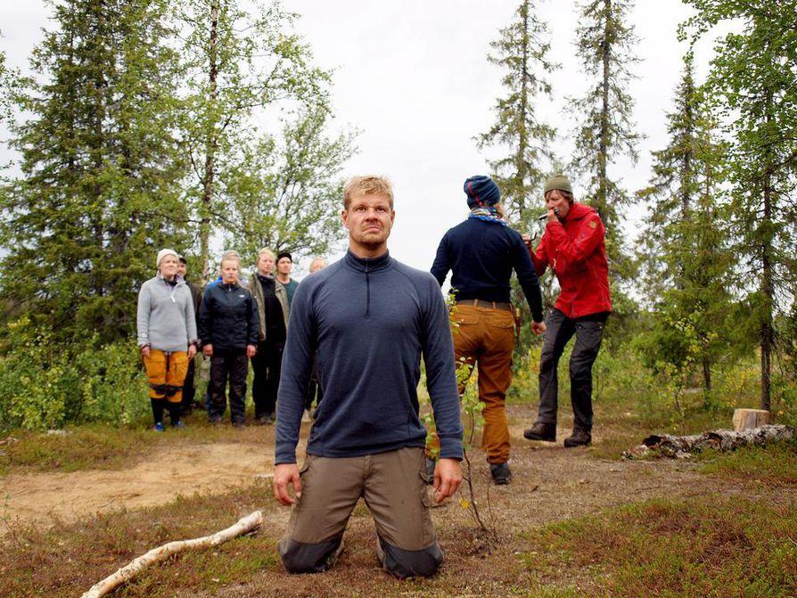 Näyttelijä Antti Laukkarisen Suongil-noita erehtyy keittämään kalaa ja lintua samassa padassa, eikä välty seurauksilta. Ohjaaja Juha Hurmeen huuharppu säestää musiikkiosuuksia.