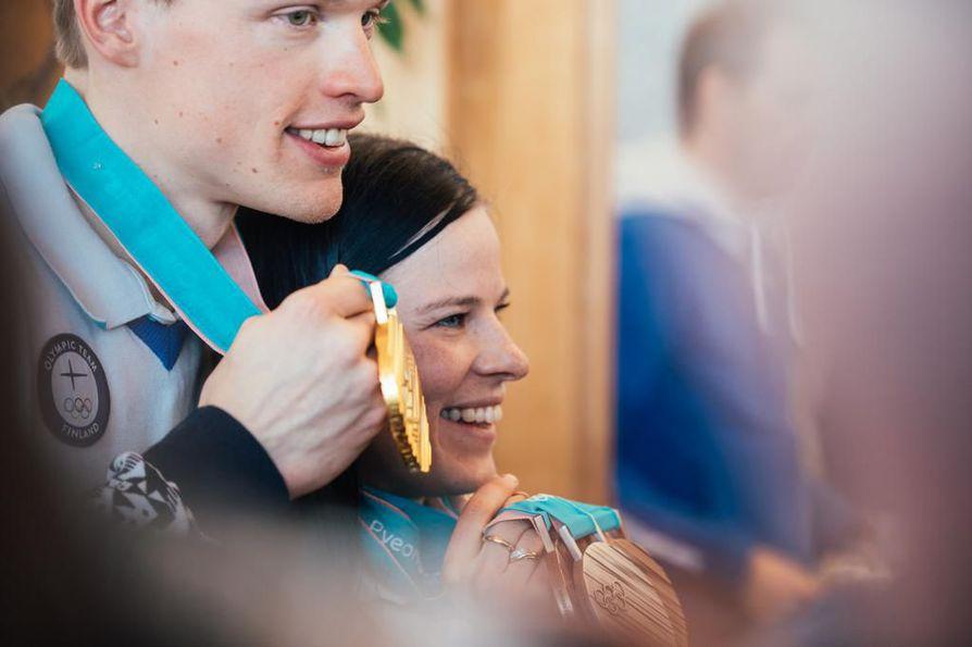 Olympiavoittaja Iivo Niskanen ja toinen hiihtosankari Krista Pärmäkoski olivat katseiden ristitulessa palatessaan Etelä-Koreasta kotimaahan.