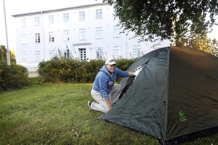 Sosiaalityöntekijän Sakari Sippalalle (kuvassa) antama ohje teltassa naapurin pihalla nukkumisesta kuulostaa kuitenkin Limingan sosiaalipuolen johtajien mukaan asiattomalta.