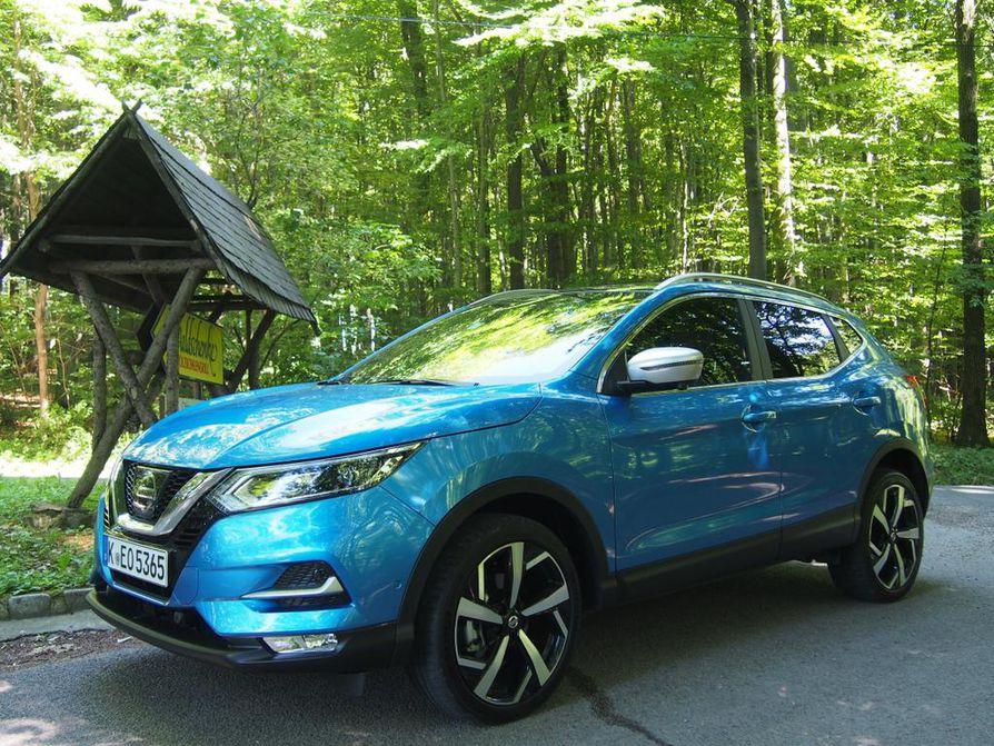 Nissan Qashqain V-Motion-keula tuo autolle entistä sähäkämmän ilmeen. Loiventunut korimuotoilu keventää auton ilmettä, ja sisälle jää kohtuulliset tilat ainakin neljälle matkustajalle.