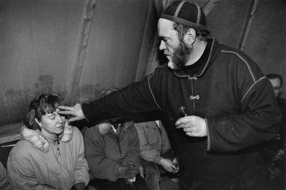 Kun Oiva Arvola täytti 60 vuotta, hän linjasi puheitten enimmäispituudeksi kaksi sanaa – Lue ja katso kuvia Kampsuherran valtakunnan outouksista