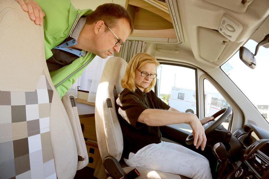 Saksalainen Peter tutustui kesäkuun alussa vaimonsa kanssa Suomeen McRentin vuokra-autolla. Tuula Haverinen antoi pariskunnalle hyvät käyttöohjeet.