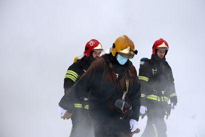 Harjoitus pitää pelastajan pätevänä – savusukellusharjoituksissa opitaan hallitsemaan paloa ja tunnistamaan huoneistopalon vaaranpaikkoja