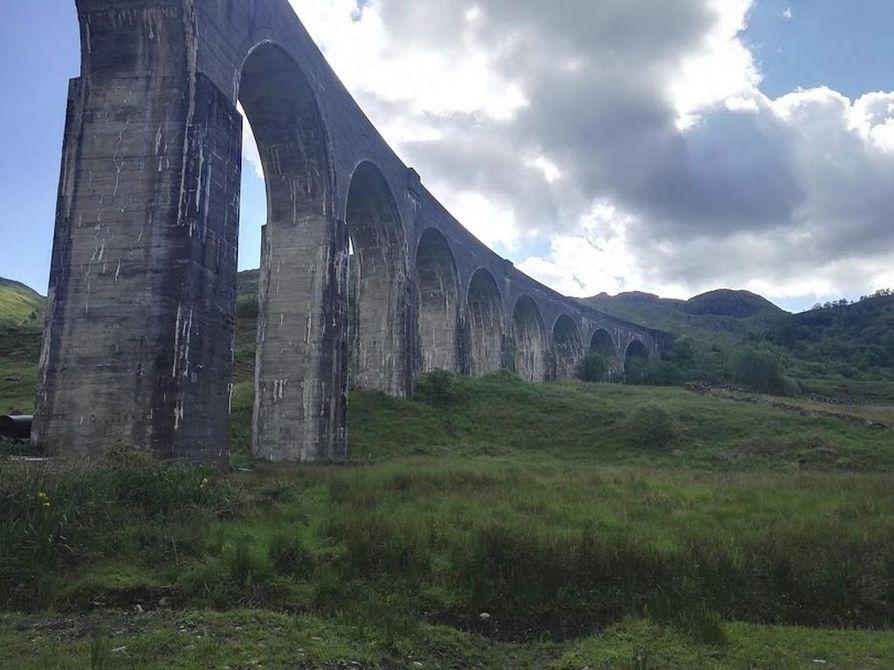 Glennfinnan Viaduct on tuttu silta esimerkiksi Harry Potter -elokuvista.