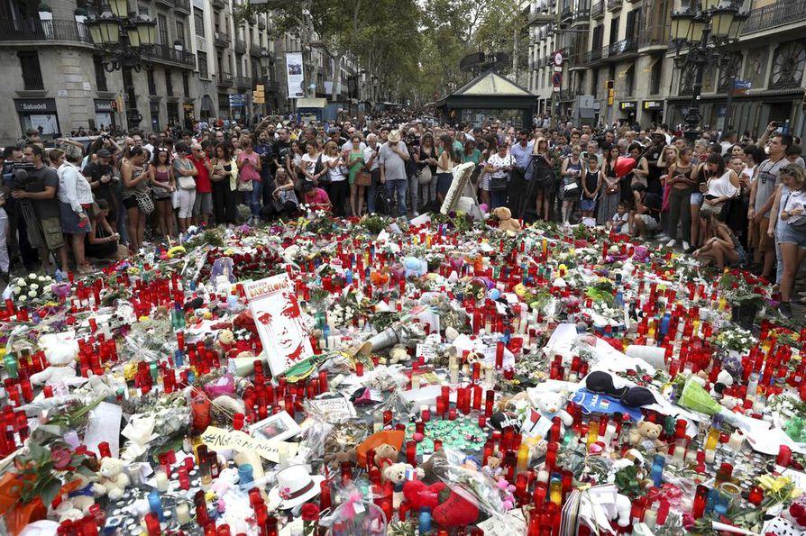 Barcelonan torstaisen autoiskun paikalle Liceu-teatterin eteen on syntynyt kukkameri, joka kasvaa koko ajan. Turistien suosima La Rambla on nyt ruuhkaisempi kuin koskaan, kun ihmiset kerääntyvät muistamaan uhreja.