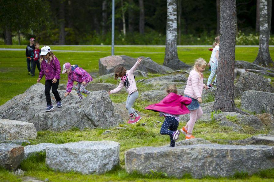 Pieni jumppa kesken oppitunninkin palauttaa monesti oppilaiden keskittymiskyvyn. Isonkyrön Keskustan koululaisia ei kahdesti tarvitse kehottaa liikkumaan.