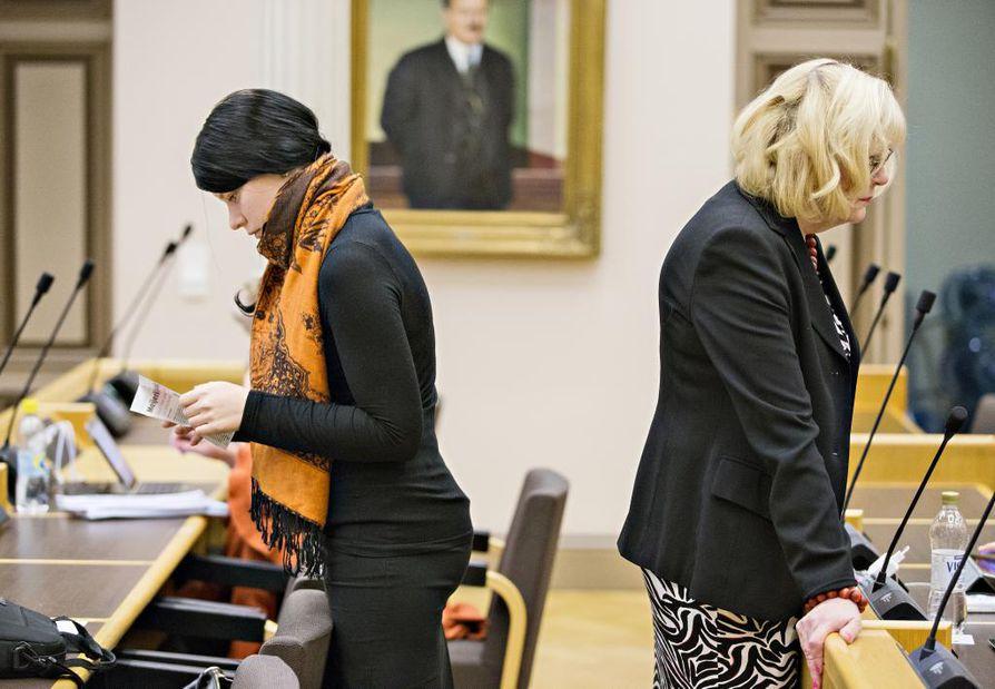 Arkistokuva Oulun valtuustosta 30.11.2015. Kuvassa vasemmalla Jenna Simula (ps) ja Ulla-Riitta Lattula (kok.).