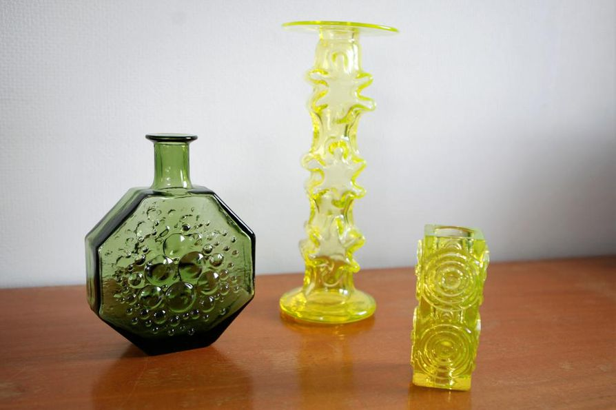 Riihimäen lasin tuotanto on suosittua Oulun huutokaupassa. Pullo on nimeltään Stella Polaris (sunnittelija Nanny Still). Kynttilänjalat ovat Kasperi (Erkkitapio Siiroinen) ja Rengas (Tamara Aladin).