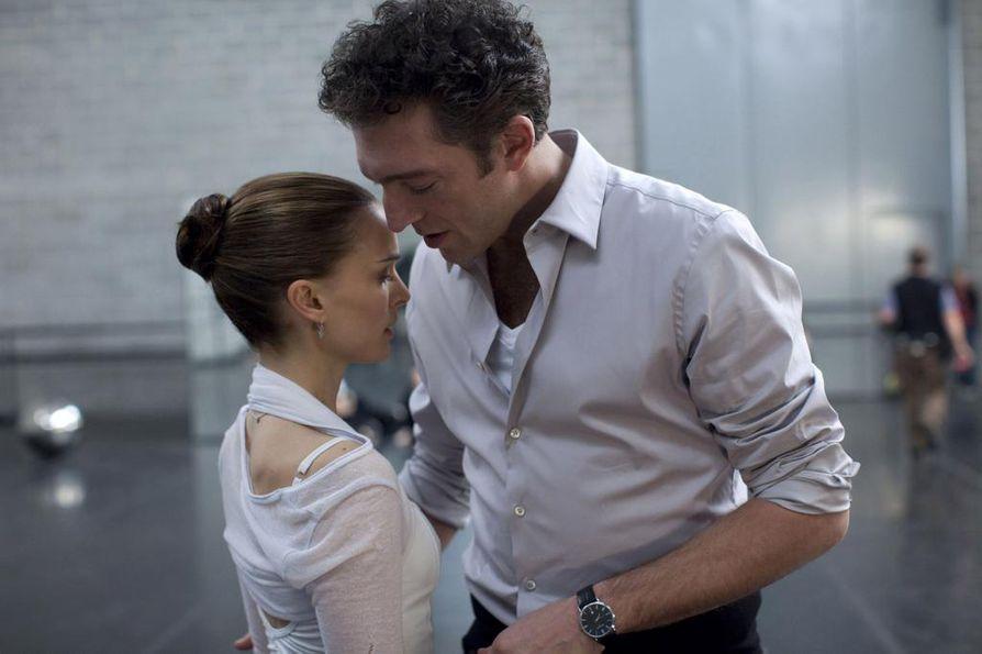 Natalie Portmanin elämään ei mahdu muuta kuin tanssi. Vincent Cassel on baletin johtajan roolissa.
