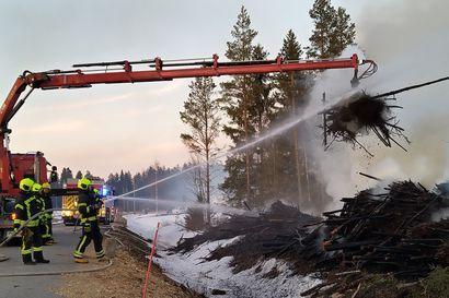 Palokunta sammutti lankalauantaina Oulaisissa puukasan, joka ei ollut pääsiäiskokko