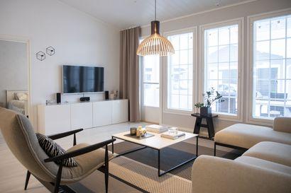 """Oululaisperheen omakotitalon sisustus on sekoitus laatuhuonekaluja, Ikeaa ja itse tehtyä: """"Olen esteetikko, yksinkertainen ja rauhallinen ympäristö rauhoittaa"""""""