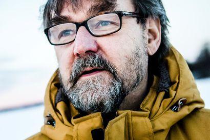 Karhu herkutteli pellolla Oulaisissa – Leudot ja vähälumiset talvet vaikuttavat karhujen talviuniin, Luken tutkimusprofessori Ilpo Kojola kertoo