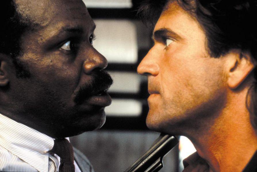 Tappavassa aseessa Danny Glover ja Mel Gibson ovat poliisikaksikko, joka jahtaa sadistista huumepomoa.