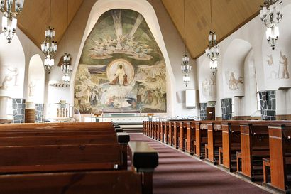 Kirkollisissa toimituksissa voi jatkossa olla paikalla enintään 10 ihmistä ja haudalla siunaamista suositaan – kirkko siirtyy lähettämään jumalanpalvelukset suoratoistona netissä