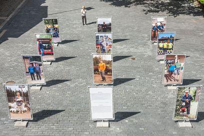 Joel Niemisen ihmisen kokoiset kuvat Kauppurienaukion portaille Oulussa – ulkoilmanäyttely koostuu isoista muotokuvista, jotka on otettu erilaisilla asuinseuduilla