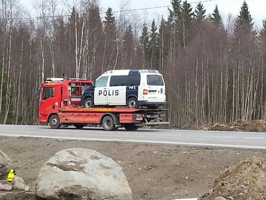 Tuleen sytytetty poliisiauto kuljetettiin pois Hanhikiven alueelta lavetilla. Paikalla olevan Kalevan toimittajan mukaan auton lasit näyttivät harmaantuneilta, joten auto on mahdollisesti sytytetty palamaan sisältä.