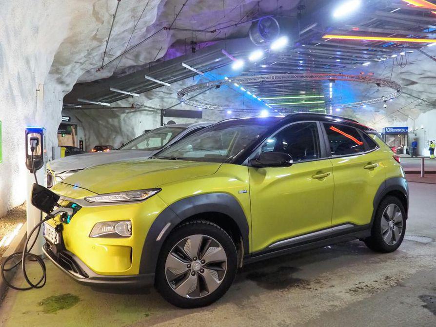 Kona Electricin ulkonäkö, varustelu sekä sisä- ja tavaratilat ovat samaa tasoa kuin perinteisissä Kona-versioissa. Sähköautoon ei saa ajovalopesimiä, kattoluukkua tai -ikkunaa eikä varapyörää.