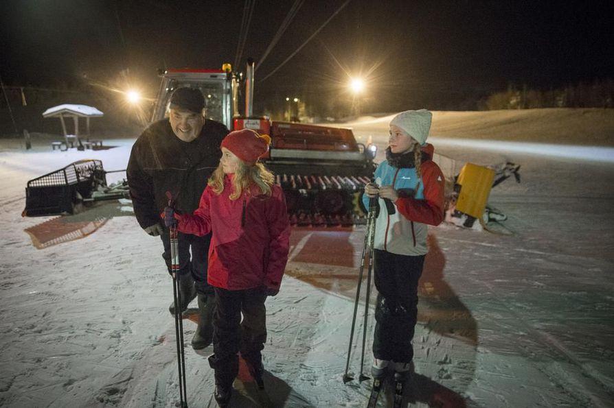 Pekka Karvinen muistuttaa Matilde ja Anne-Sofie Blueminkia siitä, että perinteinen kannattaa opetella hyvin ennen kuin kiiruhtaa harjoittelemaan vapaata.