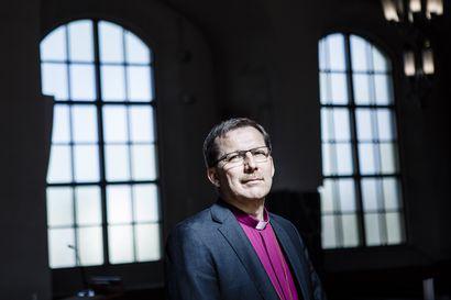 Piispa Jukka Keskitalo saarnaa Napapiiri-Jukolan metsäkirkossa