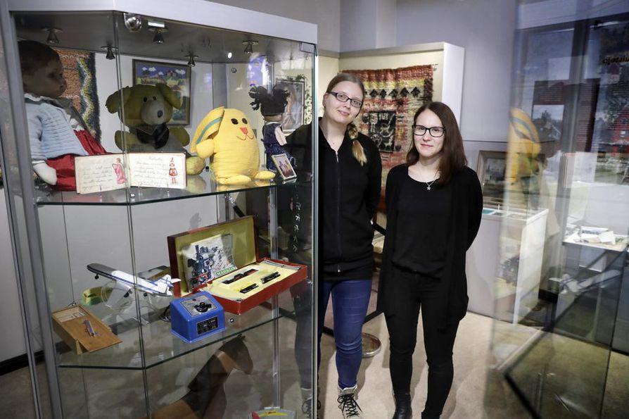 Museologian opiskelijat Maija Pellinen (vas.) ja Essi Kärnä ovat toimineet projektipäälliköinä valmistellessaan Minun aarteeni -näyttelyä.