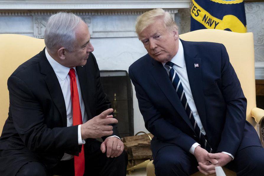Yhdysvaltojen presidentti Donald Trump (oik.) kertoi aikeistaan julkistaa rauhansuunnitelma tänään tavatessaan Israelin pääministeri Benjamin Netanjahun (vas.).