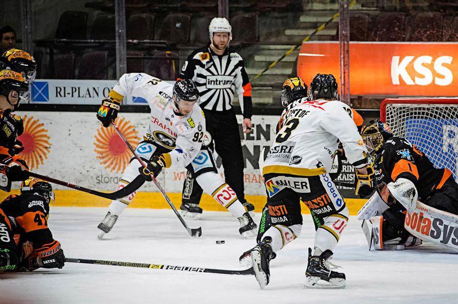 Oskar Osala on aloittanut kärppäuransa tehokkaasti. Kouvolassa hän iski 0–1-osuman ylivoimalla ja pohjusti joukkueensa toisen maalin.