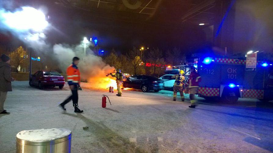 Henkilöauton moottoritilassa roihahtanut tulipalo herätti huomiota illalla Oulussa Limingantullin Prisman parkkipaikalla.