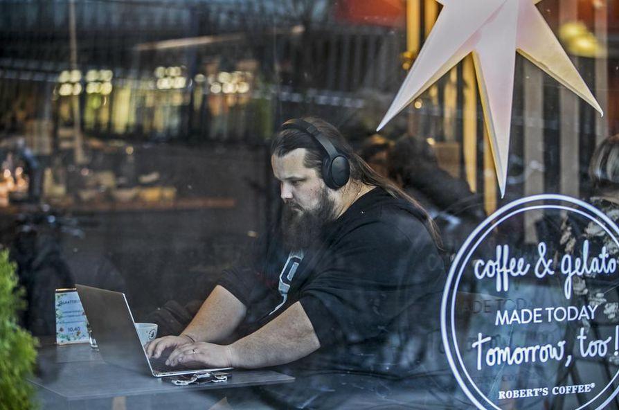 Jukka Suoranta tekee opintoihin liittyviä harjoituksia useamman kerran viikossa kahvilassa. Kahvilassa työskennellessään hän häivyttää taustahälyn kuuntelemalla rauhallista musiikkia.
