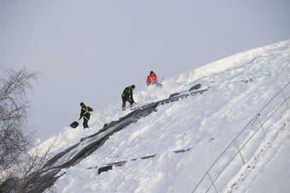 Suurten hallien kattojen kantokyky voi natista suuren lumimäärän alla – lumi kannattaa poistaa, jos sitä on yli 50 senttiä