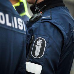 Oulun rautatieaseman luona raju onnettomuus: Sairaskohtauksen saanut henkilöauton kuljettaja ajoi jalkakäytävälle törmäten talon seinään ja pyöräilijöihin