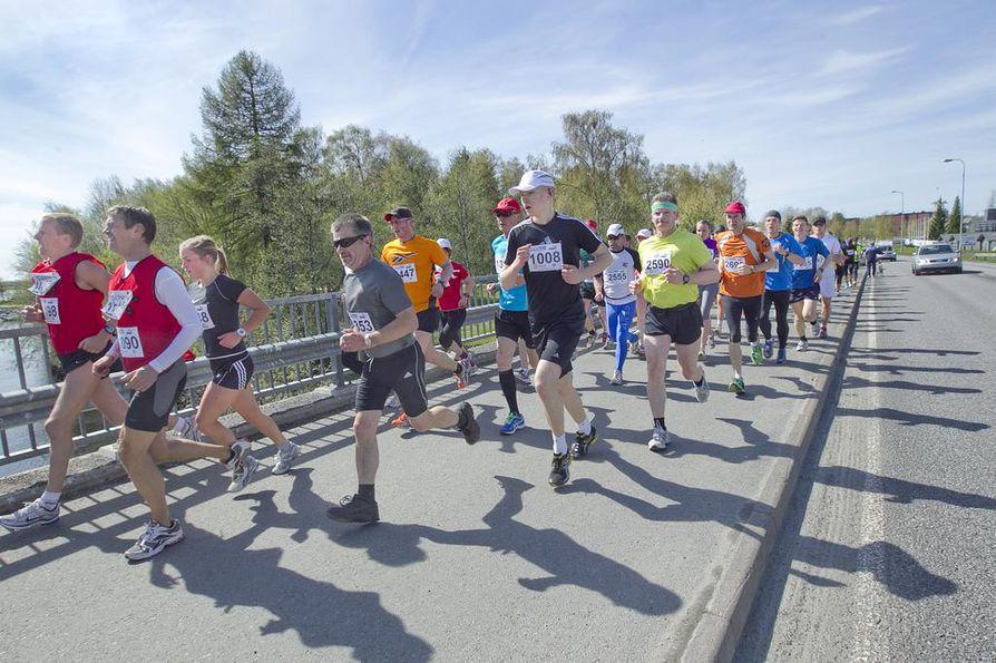 Tervamaraton juostiin perinteiseen tapaan Oulujoen maisemissa.