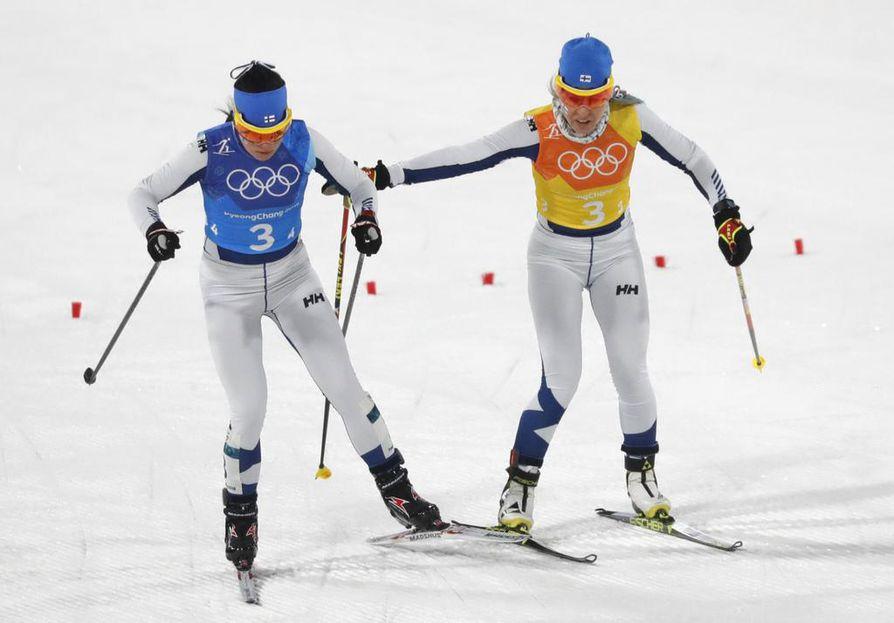 Krista Pärmäkoski ja Riitta-Liisa Roponen hiihtivät kisan viimeiset osuudet.