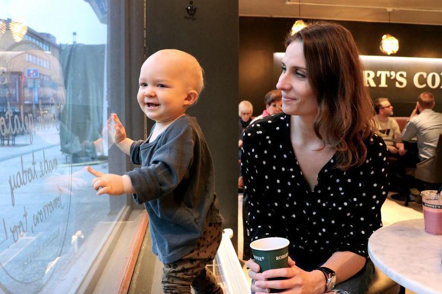 Mio-poika nauttii Robert's Coffeessa marjasmoothien samalla, kun äiti Saga Skiftesvik juo kahvit.