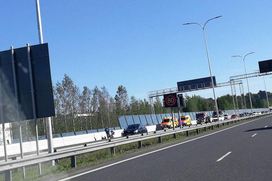 Pohjantien onnettomuus on aiheuttanut liikennehaittaa.