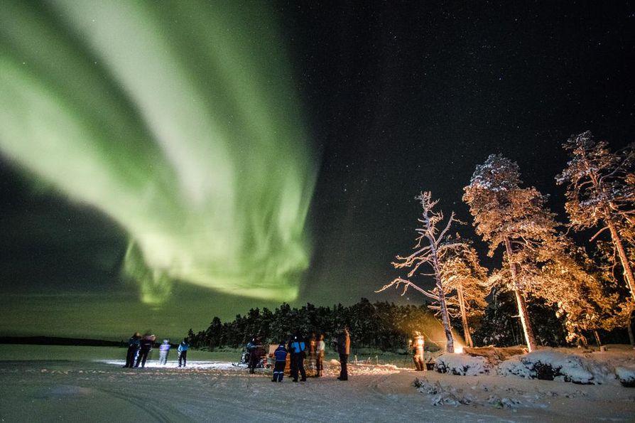 Talven revontulet ja syksyn ruska nostivat Inarijärven Euroopan kauneimpien listalle. Kuva on otettu Inarijärven jäällä Nellimin kylässä.