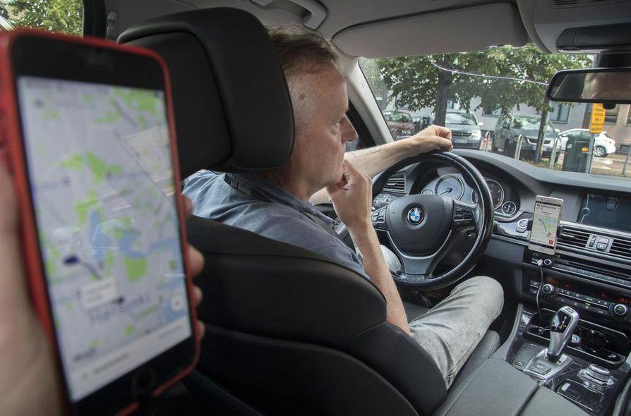 Uber-kuljettaja tarvitsee Suomessa taksiluvan. Kuvassa Uber-taksinkuljettaja Timo Heinonen. Arkistokuva.