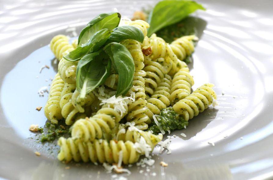 Fusilli ei tarvitse kaverikseen kuin maukkaan peston sekä hieman parmesaania. Massimo Botturan reseptissä pinjansiemenet on korvattu onnistuneesti leivänmuruilla.