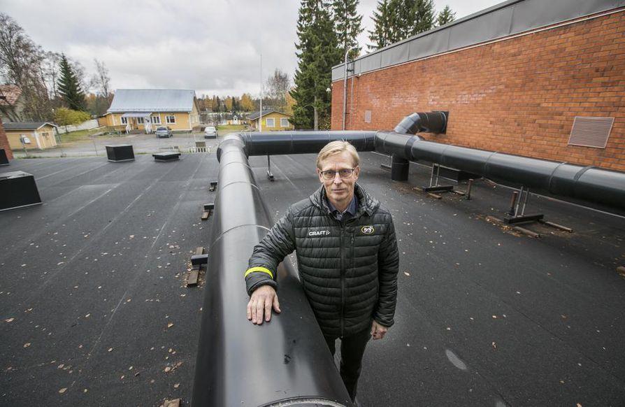Johtaja Jouni Lähdemäki kertoo, että vesilaitosta on määrä kasvattaa Oulujokea kohti. Laajennuksen alle tulee jäämään kolme talotonttia, joista keskimmäinen on asukastupa.