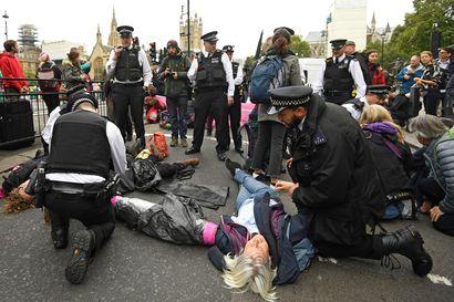Poliisi pidätti kymmeniä ilmastomielenosoittajia Lontoossa ja Amsterdamissa