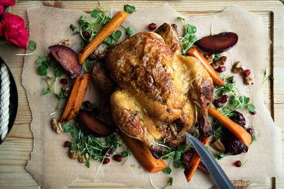 Kata kinkun tai kalkkunan sijaan helmikanaa pienen perheen joulupöytään – rosollin tilalle voit tehdä uuden sukupolven salaattia