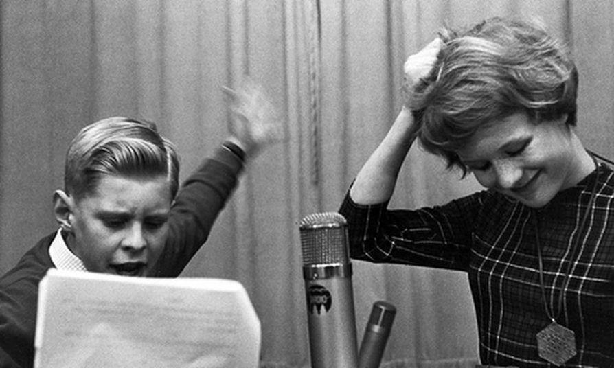 Seppo Hovi juonsi Yleisradion Lastentuntia jo 1950-luvulla. Nyt hän on istunut studiossa muistelemassa 1950-lukua Lasse Lehtisen kanssa.