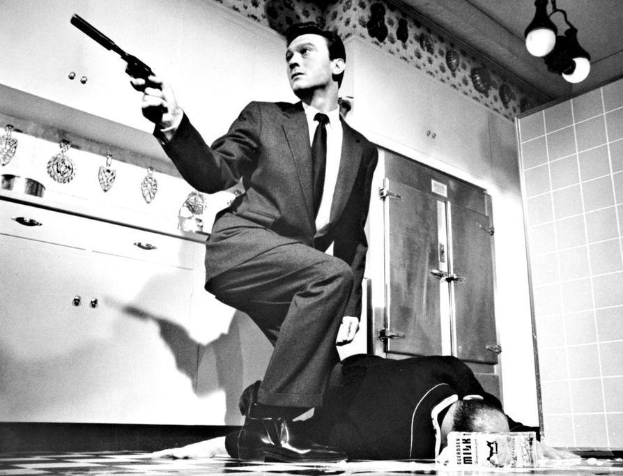 Kylmän sodan jännäriklassikossa muutama sotavanki palaa Korean sodasta sankareina aavistamatta sitä, että eräs heistä on aivopesty käskyä odottavaksi salamurhaajaksi. Kuvassa Raymond Shaw (Laurence Harvey).