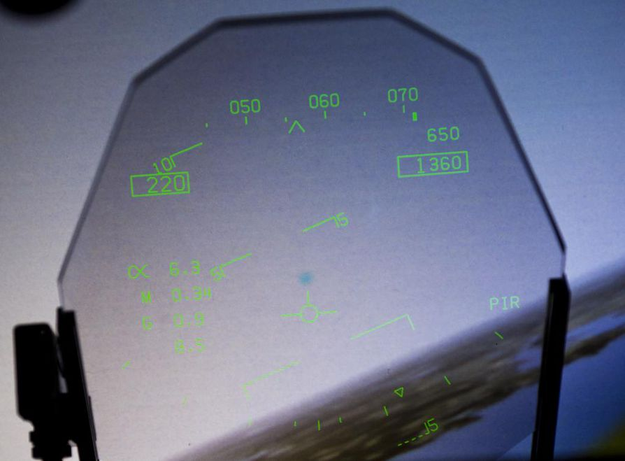 HUD-näyttöön heijastetaan lentäjän tarvitsemaa dataa. Tämä perinteinen ratkaisu löytyy Suomen ilmavoimien F-18 Hornet -simulaattorista.